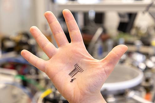 Innenhand mit Tattoo-Sensor