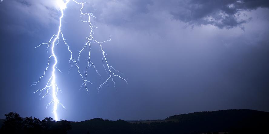 Nachthimmel mit Blitzentladung