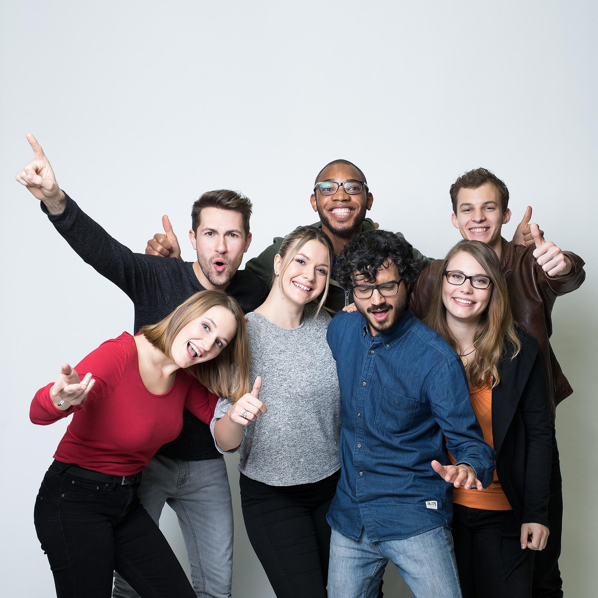 Ein Gruppe Studierender posiert lachend vor der Kamera.