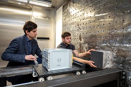 Zwei Männer bedienen Batterien-Crashanlage
