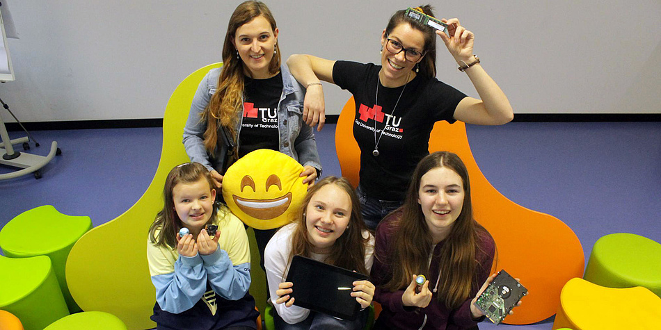 Mädchen und junge Frauen mit technischem Equipment
