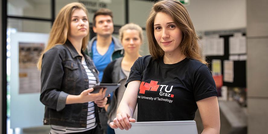 Gruppe TU Graz-Studierender, junge Frau mit Laptop im Vordergrund