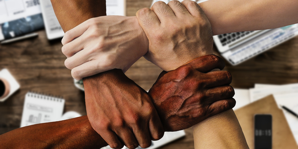 4 Hände unterschiedlicher Hautfarbe