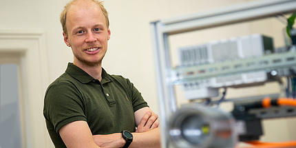 TU Graz-Forscher mit kleinem Prüfstand und Getriebe