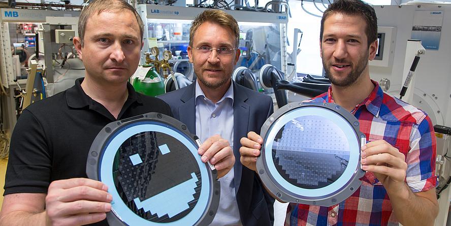Am CD-Labor für Lithium-Batterien an der TU Graz gelang es Michael Sternad,Martin Wilkening und Georg Hirtler (v.l.n.r.) einkristallines Silizium, aus dem Mikrochips bestehen, direkt als Batterieelektrode zu nutzen. Damit beherbergt der Mikrochip nicht n