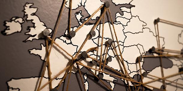Europakarte mit Stecknadeln und Schnüren, Bildquelle: pixabay