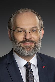 Portrait von Stefan Vorbach in Anzug und Krawatte