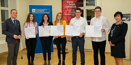 Sechs Personen, darunter die iTalent South East Talente der TU Graz, in Businesskleidung