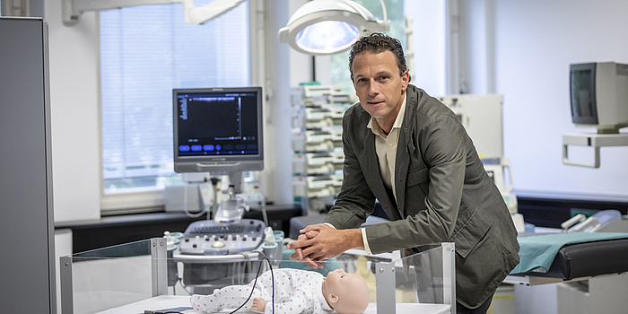 Ein Mann in einem Operationssaal.