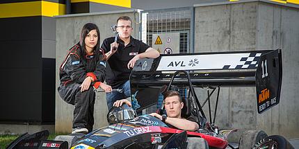 3 Mitglieder des TU Graz Racing Teams mit dem Rennwagen TANKIA, darunter Anthea Kerollos, Marketingleiterin 2016.