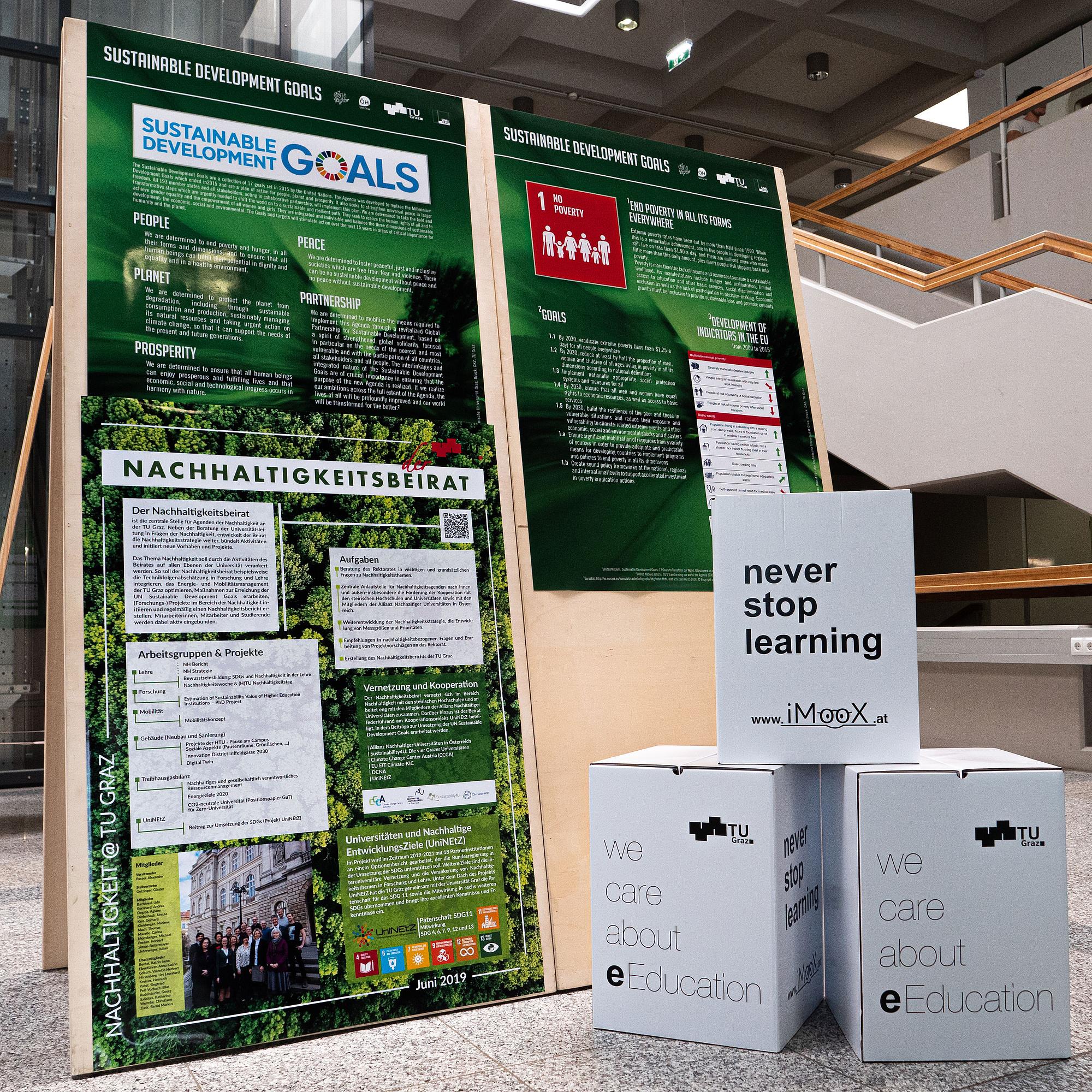 Aufsteller mit Plakaten zu Nachhaltigkeit und Sustainable Development Goals.