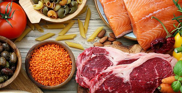 Lebensmittel auf einer Holzplatte. Bildquelle: denio109 – Fotolia.com
