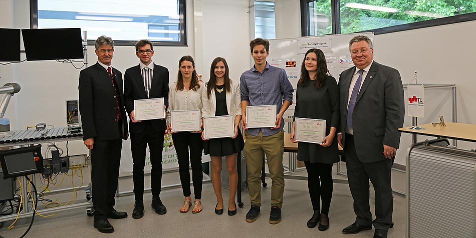 Rektor Harald Kainz und Rektor Andrey Rudskoy sind mit den Stipendiat/innen der TU Graz zu sehen, diese zeigen ihre Stipendien.