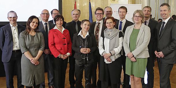 Gruppenfoto von neun Männern und fünf Frauen im Bundesministerium für Bildung, Wissenschaft und Forschung