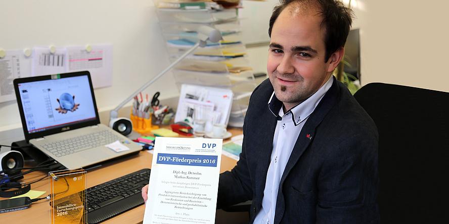 Bauwirtschafter Markus Kummer vor Computersimulationen an seinem Arbeitsplatz am Institut für Baubetrieb und Bauwirtschaft der TU Graz.