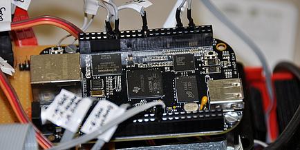 Ein Prozessor mit mehreren Kabeln und Platinen