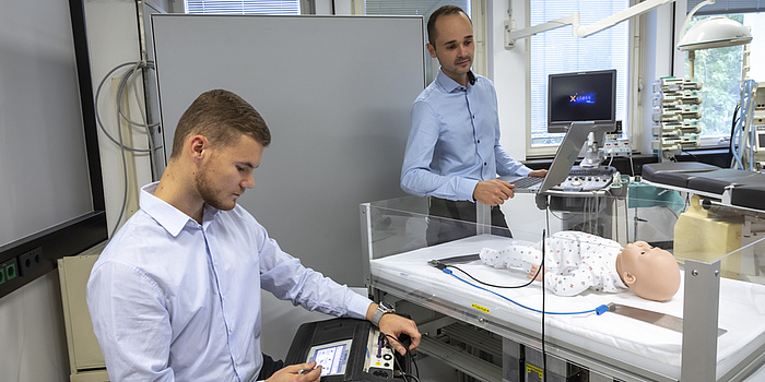 Zwei Männer in einem Labor.
