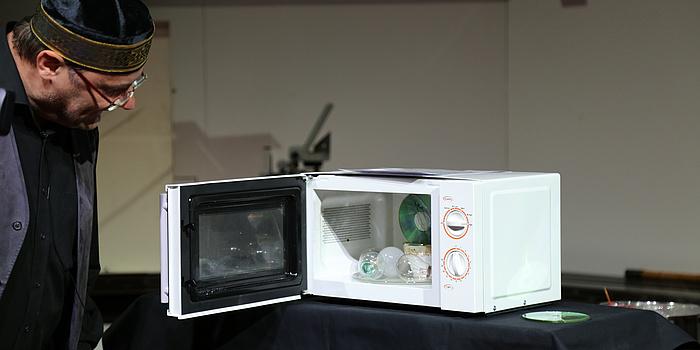 Eine weiße Mikrowolle in der sich mehrere Glühlampen befinden