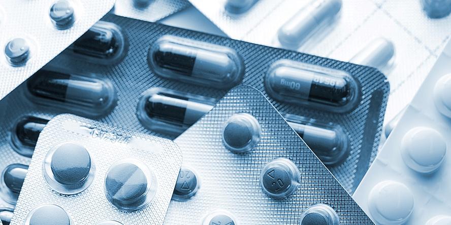 Foto von unterschiedlichen Medikamentenverpackungen.