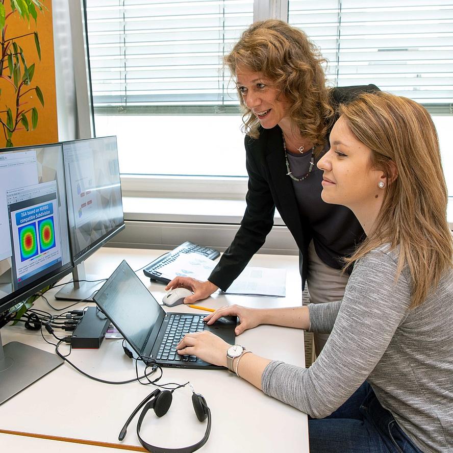 2 Frauen vor einem Computer