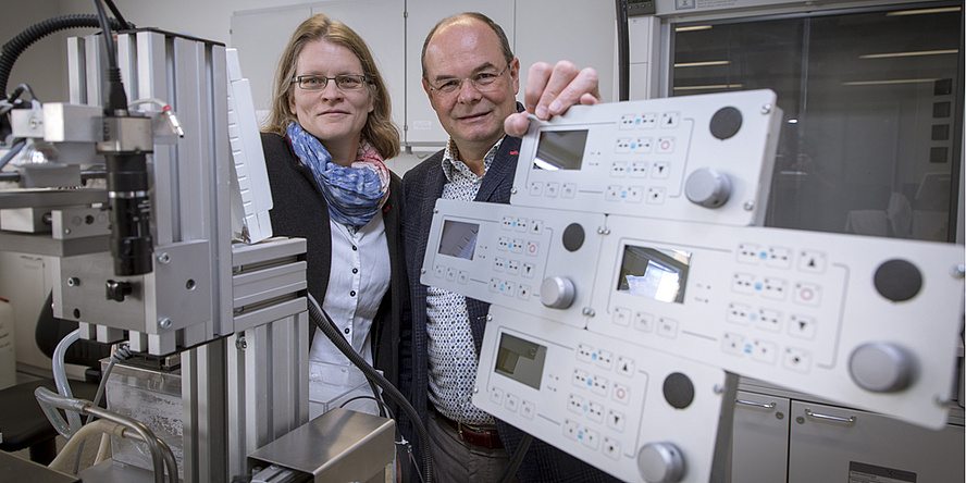 TU Graz researchers in the midst of mechanical laboratory equipment