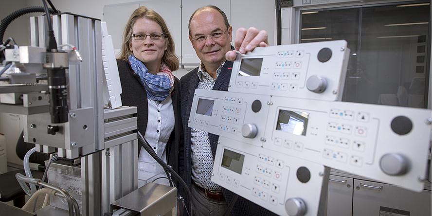 TU Graz-Forscherin und -Forscher inmitten von mechanischen Laborgeräten
