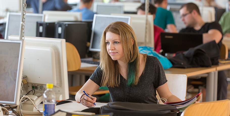 Eine Studentin der TU Graz beim Lernen vor dem PC.
