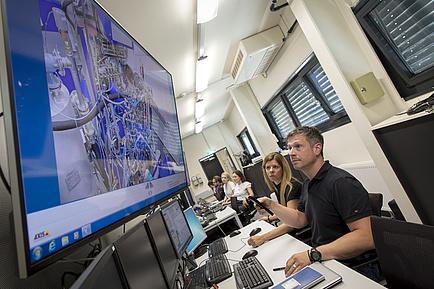 Hannes Hick, Leiter des Instituts für Maschinenelemente und Entwicklungsmethodik der TU Graz und Verantwortlicher für das Transmission Center vor einem Prüfstand