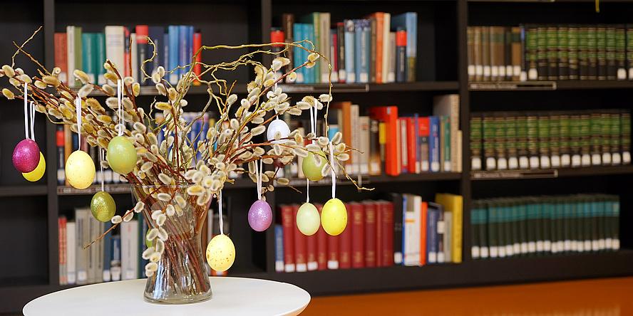 Osterstrauch in der Bibliothek