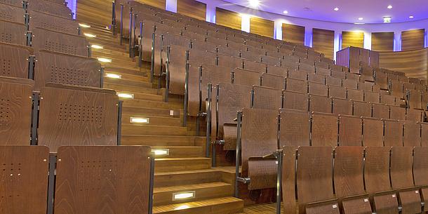 Leere Stuhlreihen in einem Hörsaal.