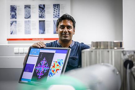 Forscher hinter einem Computer-Bildschirm
