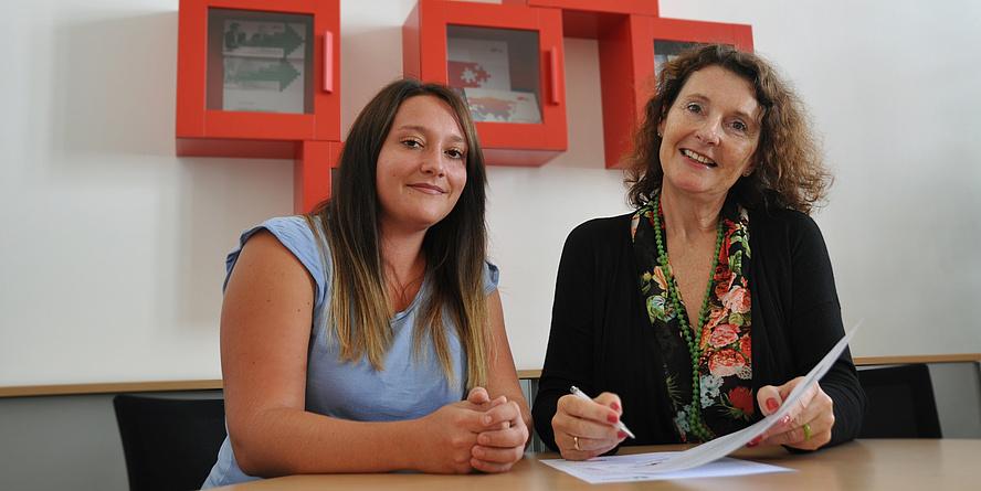 Vizerektorin Andrea Hoffmann und Lissa Reithofer, Büro für Gleichstellung und Frauenförderung, beim Unterzeichnen der Charta.