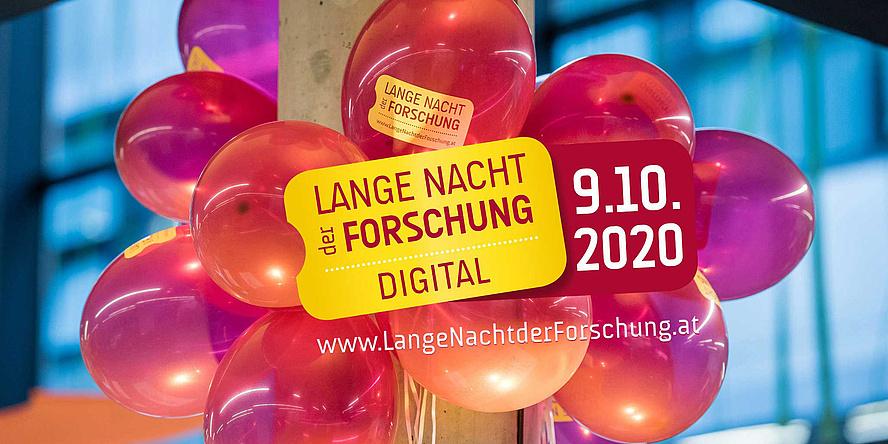 """Gelbes Ticket mit Aufschrift """"Lange Nacht der Forschung Digital 9. Oktober 2020"""" und bunten Luftballons im Hintergrund"""