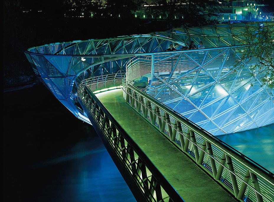 Blau beleuchtete schwimmende Plattform auf einem Fluß bei Nacht