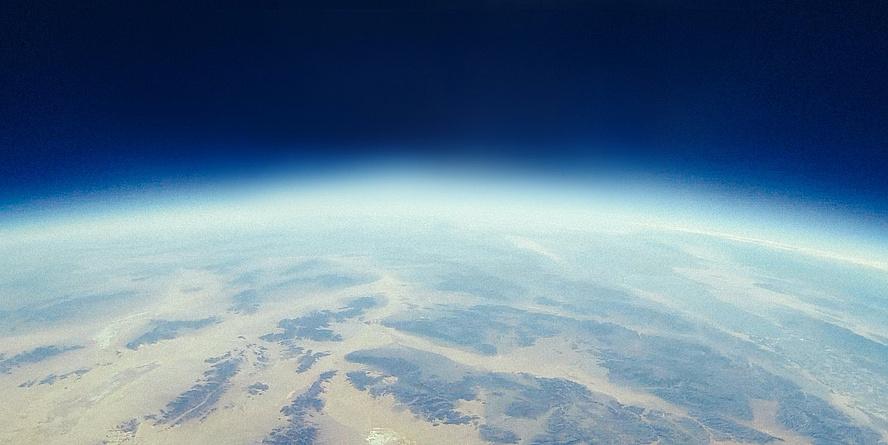 Erde im Weltall mit Lichtschein umgeben