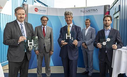 Fünf Männer im Anzug