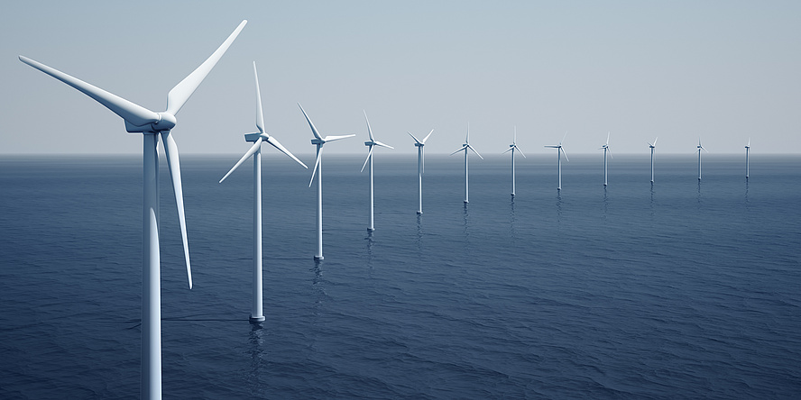 Foto von Windkrafträdern im Wasser.
