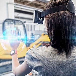 Eine junge Frau trägt eine Virtual Reality Brille.