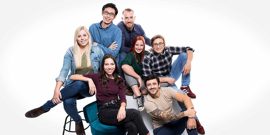 Dynamisches Gruppenbild mit drei jungen Frauen und vier jungen Männern.