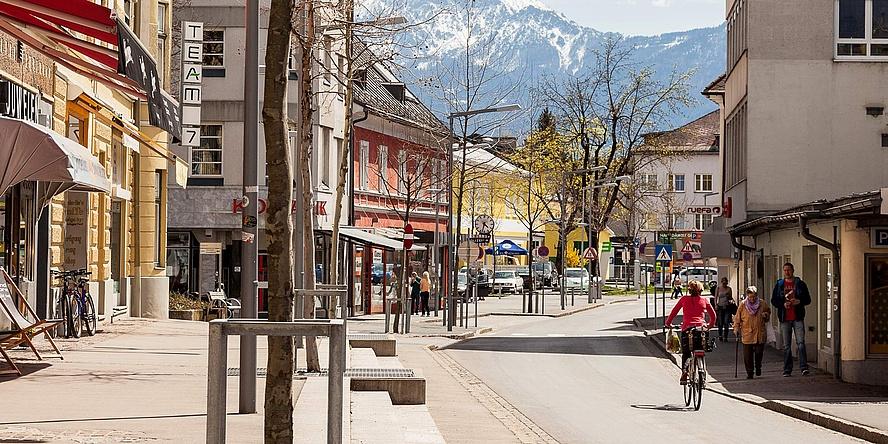 Straße durch Ortszentrum