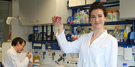 Anita Emmerstorfer-Augustin arbeitet mit Dissertanten Lukas Bernauer im Labor.