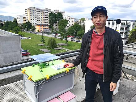 TU Graz researcher with pollen measuring system