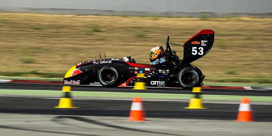 """Der Bolide des TU Graz Racing Teams """"TANKIA 2016"""" auf der Rennstrecke Circuit de Catalunya in Barcelona."""