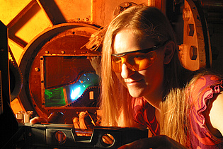 Cornelia Santner performing laser-optical investigations of separated diffusing flows within the project AIDA