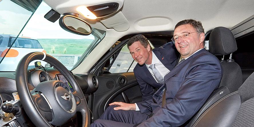 zwei Männer in einem Fahrsimulator