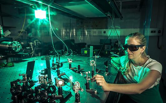 Frau mit Laser-Schutzbrille