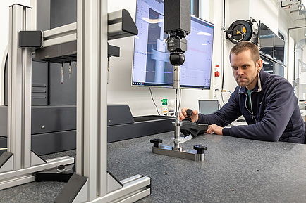 TU Graz-Forscher bedient ein 3D-Koordinatenmessgerät