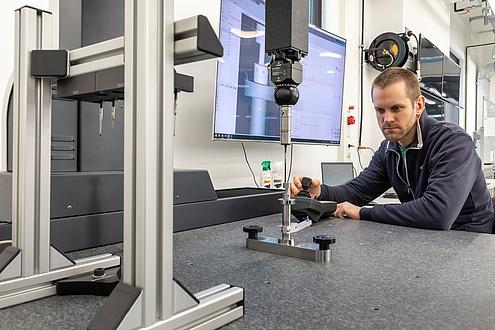 [Translate to Englisch:] TU Graz researcher operates a 3D coordinate measuring machine