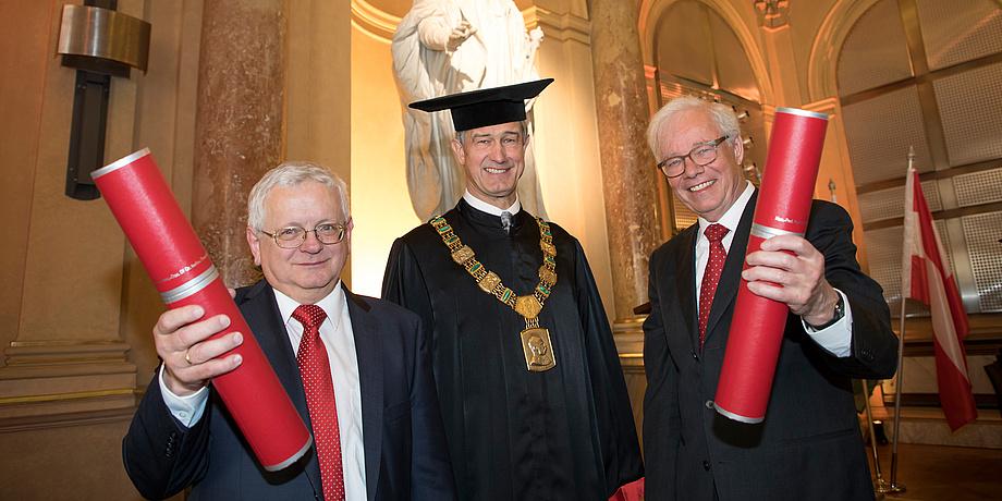 Rektor Harald Kainz in der Aula flankiert von den beiden neuen Honorarprofessoren der TU Graz, Theodor Sams und Gisbert Wüstholz