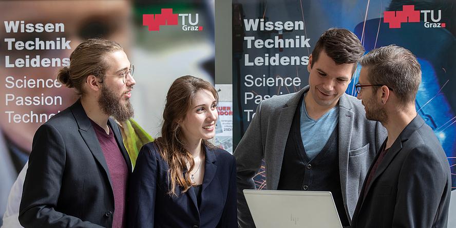 Gruppe junger Studierender an der TU Graz